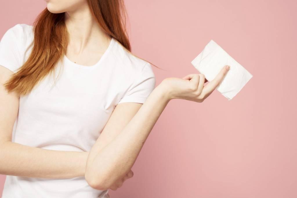 mujer con toalla sanitaria