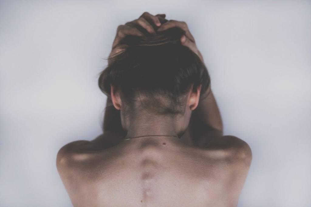 mujer dolor de cabeza